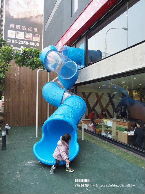 【台中親子餐廳】熊吧餐酒館BEAR BAR~二層樓高的桃紅熊好吸睛!設有親子專屬用餐區~戶外沙池+溜滑梯讓孩子們玩個痛快!